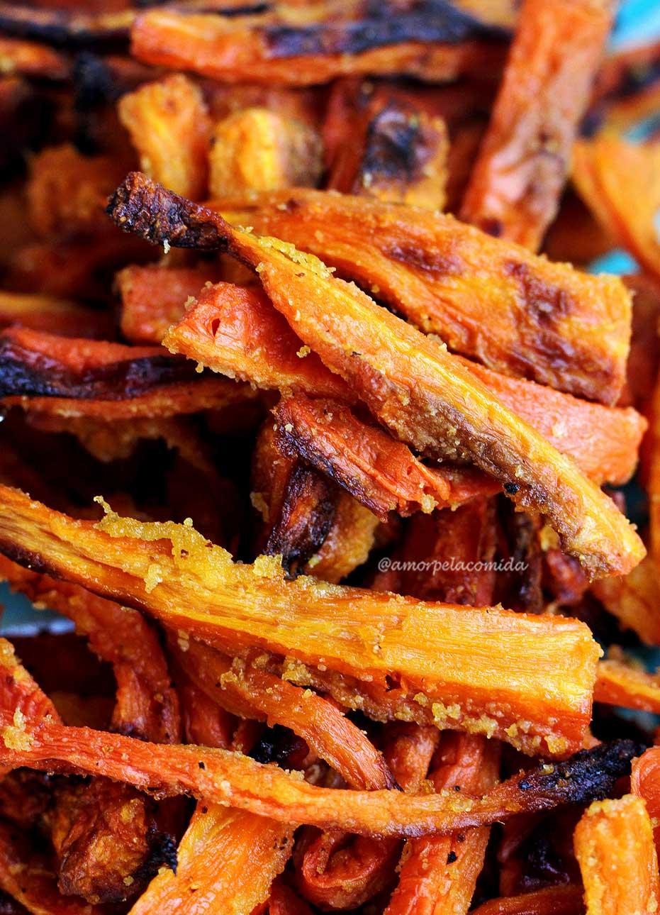 Como fazer cenoura assada crocante no forno receita vegetariana que combina com diversos cardápios e serve para acompanhar as mais diversas refeições