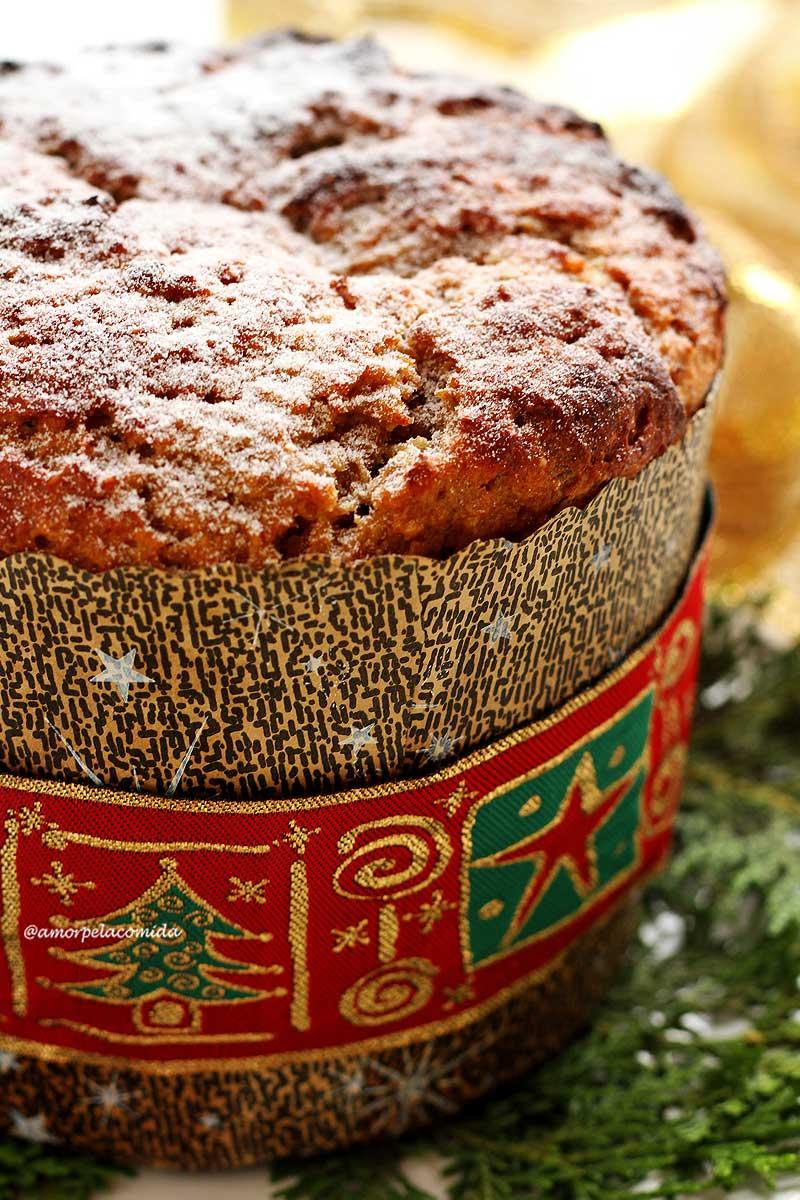 Panetone caseiro com fita natalina decorando