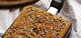 Pão quadrado dentro de uma frigideira pequena