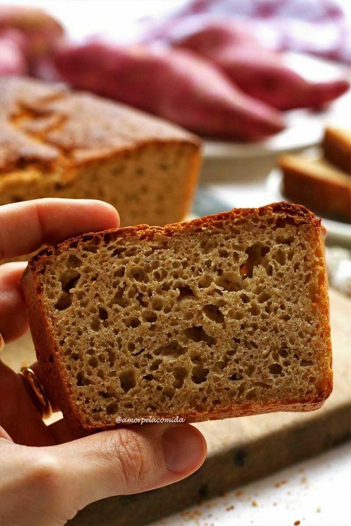 Mão segurando fatia de pão de batata doce