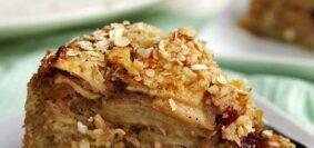 Fatia de torta de maçã sobre prato quadrado branco pequeno